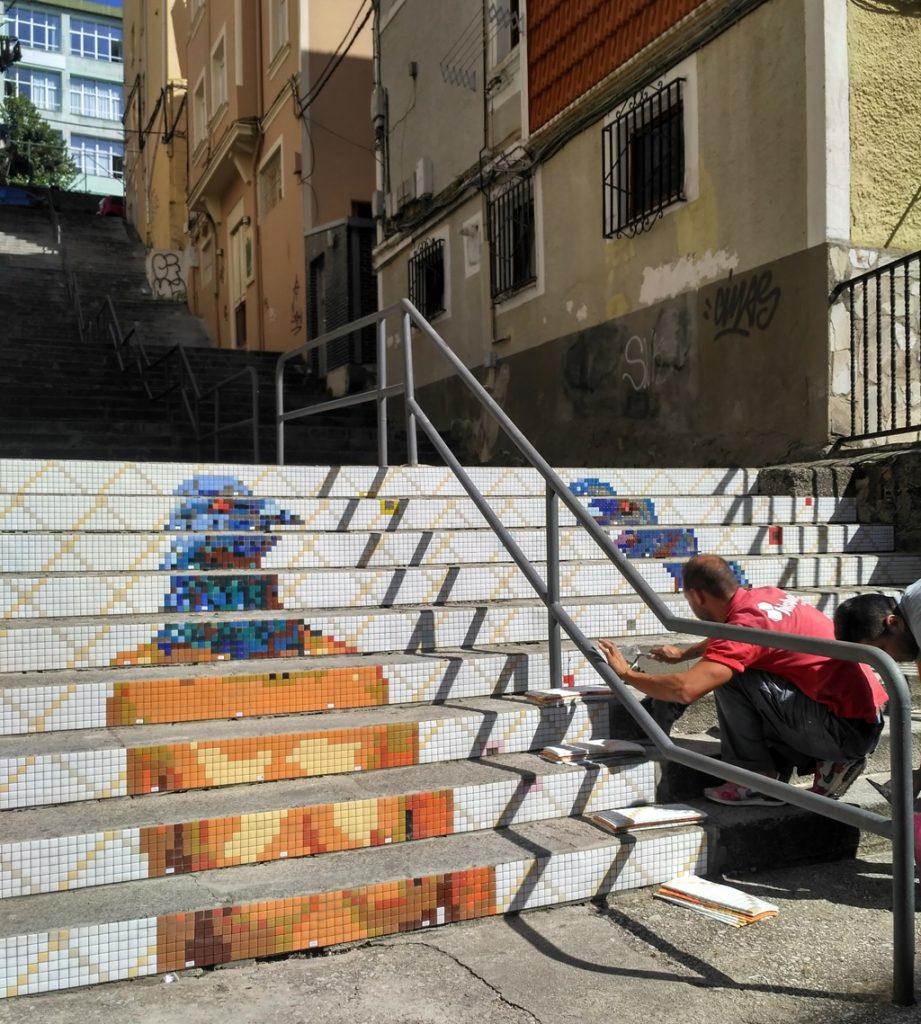 Colocación del mosaico Hisbalit en la obra Paloma