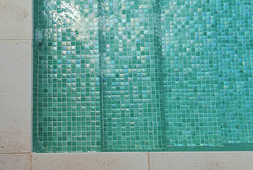 Piscina de diseño de Nuria Alía   Mosaico Mikonos de la colección Aqualuxe