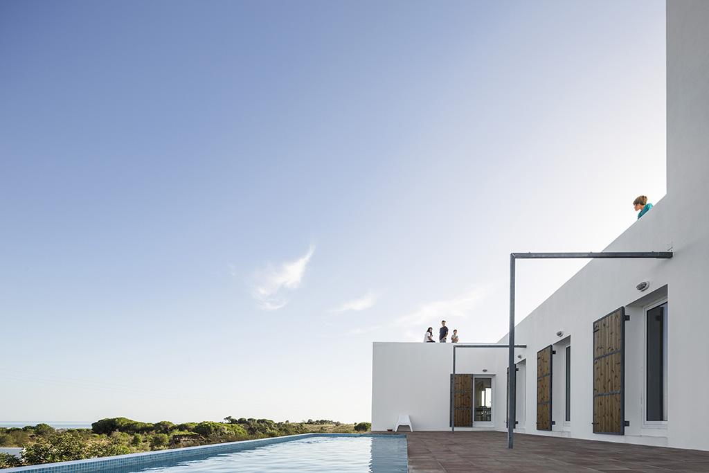 Casa Algarve   Piscina con mosaico HISBALIT   TIP Arquitectos   Fernando Guerra   FG + SG