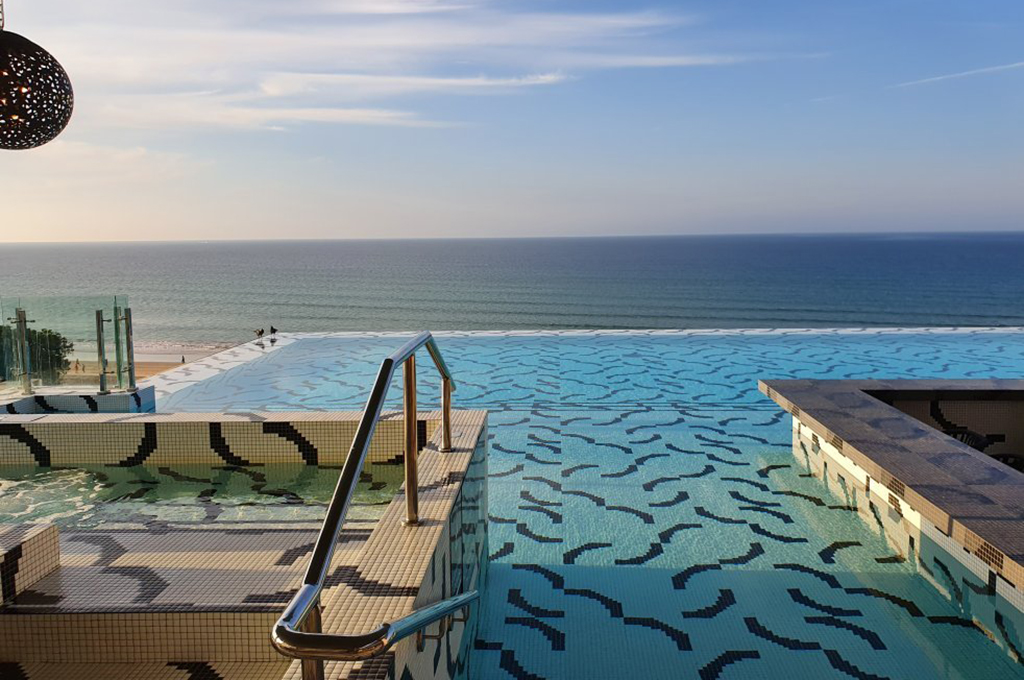 Piscina del Hotel W Muscat con diseño personalizado creado con el servicio de customización Art Factory Hisbalit